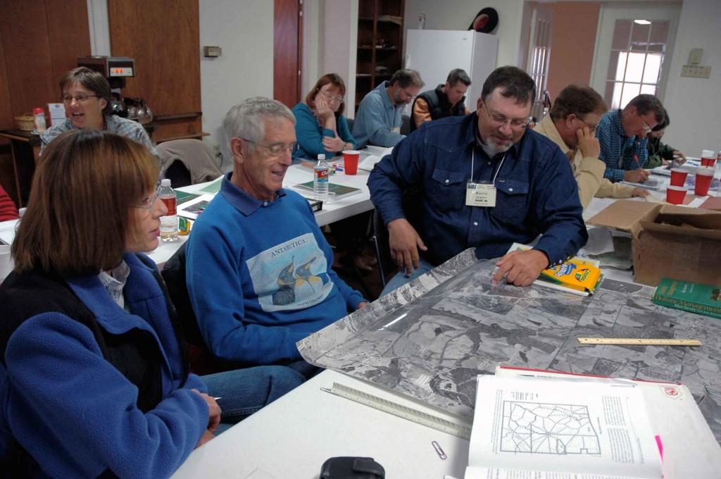 Personas trabajando en una visión común para la comunidad. Construyendo resiliencia
