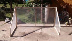 Invernadero de madera y nylon.